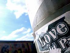 Liebe/Licht (> Laterne) oder Mauer?