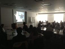 映像モニタリング後、多職種専門職視点からグループ討議風景
