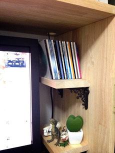 ゴム集成材のデスク上自作棚