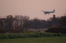 荒川河川敷の飛行場に着陸するセスナ