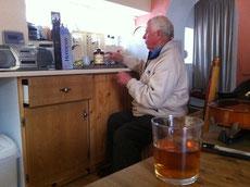 ウイスキーの準備をするヴィンセント。演奏前に酒を欠かさないのがフィドラーって本当なのかも?