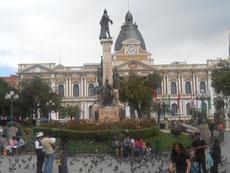 Vor dem Regierungsgebäude - mit Taubenproblem - naja, paar Probleme mehr haben sie schon, die Bolivianer, wenngleich die EU ihr größter Geldgeber ist