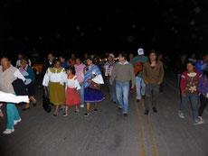 Mit Musik laufen und tänzeln die Indios zurück ins Dorf