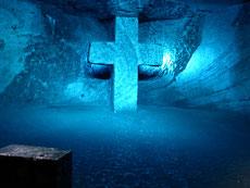 Moderne Kreuze und Lichtefekte symbolisieren die 13 Stationen des Kreuzweges