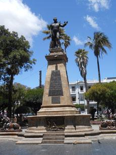 Das ist der Herr Sucre, ein Freiheitskämpfer. Nach ihm ist die Stadt benannt.