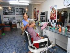 """Beim Friseur: Ihr Kollege hat Parkinson, das Haareschneiden ist etwas """"rupfig"""""""