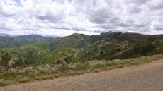 Berglandschaft und Straße mit Kopfsteinpflaster