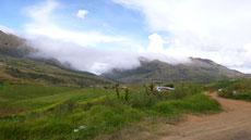 Verstreute Anwesen in den Bergen vor Cochabamba