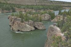 """Vom Klondike Hwy aus sieht man  """"Five Finger Rapids"""", die gefährlichste Stelle des Yukon zwischen Dawson City und Whitehorse. Goldsucher haben hier nicht selten alles Hab und Gut verloren."""