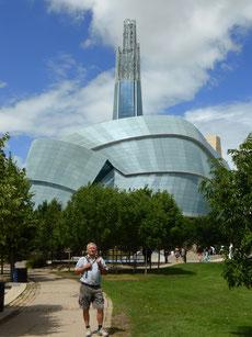 """Winnipeg: Das """"Museum for Human Rights"""" sehen wir kritisch: Dass z.B. der Holocaust eine von sechs Etagen einnimmt ist in Ordnung, dass aber die 300 Jahre dauernde Sklaverei der Amis nur in einem Wort auf einer Landkarte erwähnt wird ist nicht ok."""