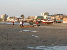 Gemeinsam zieht man das Boot an Land. Die Fische werden sofort verkauft.