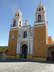 Die Kirche Nuestra Senora de los Remedios, errichtet auf einer Pyramide