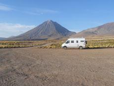 Zwecks Höhenanpassung übernachten wir unterhalb vom Licancabur auf 3900 m Höhe ...