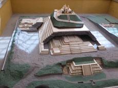 Pyramide Tepanapa und Kirche im Modell...