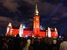 ... nach Ottawa, der Hauptstadt Kanadas. Jeden Abend findet am Parlamentsgebäude eine phantastische Sound- und Lightshow über die Geschichte Kanadas statt.