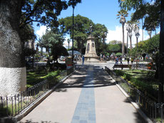 Plaza 25 de Mayo - alle lungern hier so rum ....       - wir auch