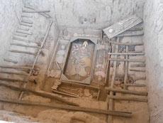Allen voran das Grab des Herrschers von Sipan mit Frau, Konkubine, Diener, Wächter und Krieger, geschmückt mit vielen Grabbeigaben.