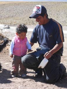 ... beim Lama-Bauern und seiner Familie (Frau hat sich beim Fotografieren versteckt)