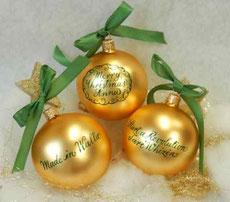 Goldene Kugel mit grüner Schrift
