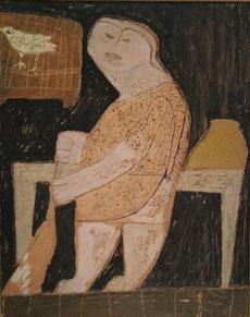 Een vrouw staat voor een donkere ondergrond naast een tafel en veegt de vloer. Naast haar hoofd hangt een witte vogel in een bruine kooikooi.