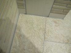 床石材の割れ(エキスパンション部)