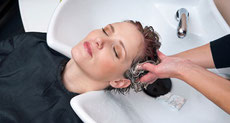 Kopfmassage auf Massagesessel bei LUXserious, dem Friseur in Ratingen mit Wohlfühlprogramm