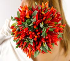 realizzazione bouquet sposa  con peperoncini,bomboniere ,segnaposti e tanto altro..