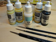 A selection of material suitable for painting the wood grain in a hatching manner.