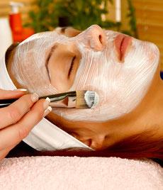 kosmetikstudio-nagelstudio-by-maica-frau-schönheit-nageldesign-kosmetikbehandlung-Verwoehnbehandlung