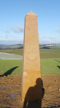 Obelisk 10:00 Uhr, Wappen Schallodenbach