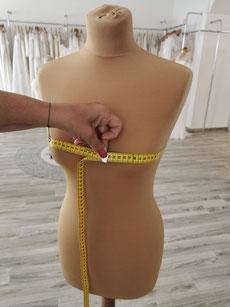 Um den Brustumfang zu messen muss das Maßband parallel zum Boden über die Brustspitze gelegt werden. Achte darauf, dass das Maßband nicht zu straff ist und die Brust beim Messen nicht zusammen gedrückt wird.
