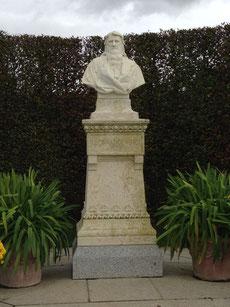 Büste Leonardo da Vincis, im 10. Jahrh. stand hier eine Kirche.