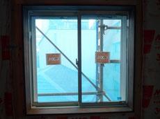 窓廻りに木の額縁2
