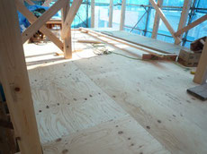 床に構造用合板を張っています