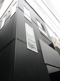 黒いガルバリウム鋼板の外観