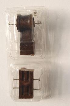 """Eva Hradil, """"Rückenlehnenabschluss"""" oder """"Einsam gemeinsam"""", 2017, geschnitztes Nussholz aus Historismus, Kunststoffverpackung, Schrauben, ca. 30 x 15 x 10 cm"""