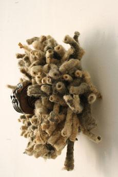 """Eva Hradil, """"Handauflage rechts"""" oder """"Korallentaucher"""", 2017, geschnitztes Nussholz aus Historismus, mit Tusche gefärbte Wolle, Beton; ca. 32 x 30 x 16 cm"""