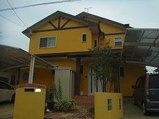 おしゃれイエロー・黄色外壁仕上げ・茶色屋根塗装の組み合わせ。