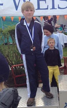 Philipp bei der Siegerehrung über 50m Brust