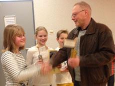 Sigerehrung: Pauline Wullenkord, Katharina Storz, Julius Hebrok (von links) bekommen die Pokale von Andreas Wullenkord