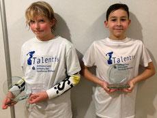 Die beiden Pokale fürs Podium im Zweikampf: Kira Sohrmann und David Munteanu