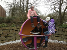 Sophie, Katharina, Julia und Janne im Park