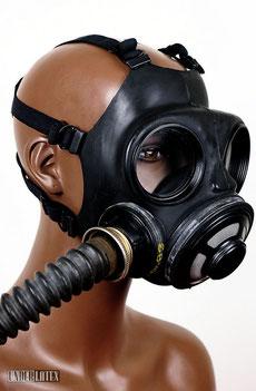 kanadische Gasmaske C3 von vorn rechts gesehen mit Faltenschlauch aus schwarzem Latex