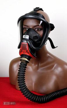 Gasmaske MSA Auer Ultra Elite von vorn rechts gesehen mit Faltenschlauch aus schwarzem Latex