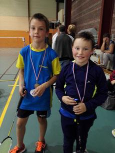 Yoni (à gauche) fier de sa première médaille aux côtés de l'autre finaliste Clément.
