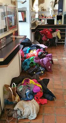 Psst, Aufführung: Die Schülerinnen und Schüler haben ihre Sachen im Foyer deponiert :-)