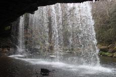 滝の裏も歩ける洞窟になっている