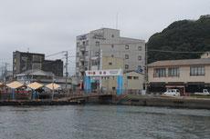 漁港の隣に観光桟橋がある
