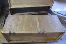 裏板と側板の剥ぎが切れているので埋め木修理をしました。