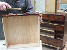 箪笥引き出しに取手、鍵、飾り金物を打ち仕上げます。